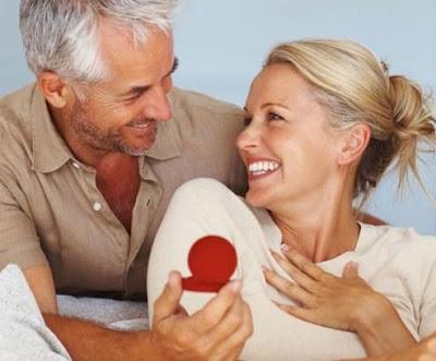 هل فارق السن يؤثر على العلاقة الجنسية بين الرجل والمرأة - رجل يقدم هدية لحبيبته لأمرأة - man give gift present to a woman