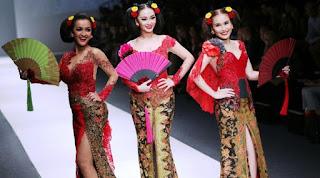 Foto  Kebaya Artis Zaskia Gothic Ayu Ting-Ting Jupe Desain Anne Avantie