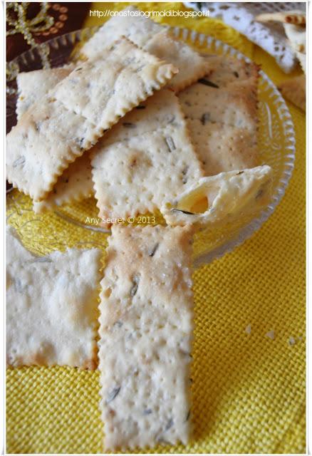 crackers al limone e rosmarino con gli scarti del lievito madre