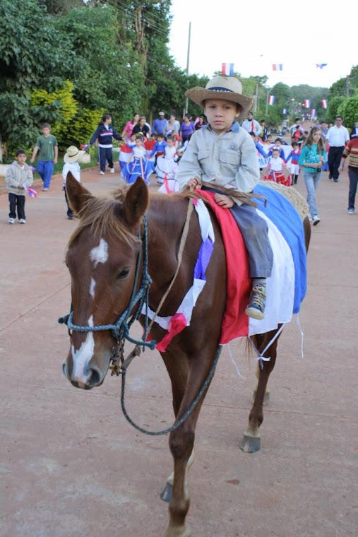Niño montando su caballo, representa a un héroe la época.