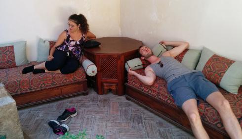 Sarah y Nils descansando en una parada en una ruta por el Albaicin de Granada