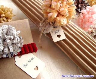 decorar presente com flor de papel reciclado