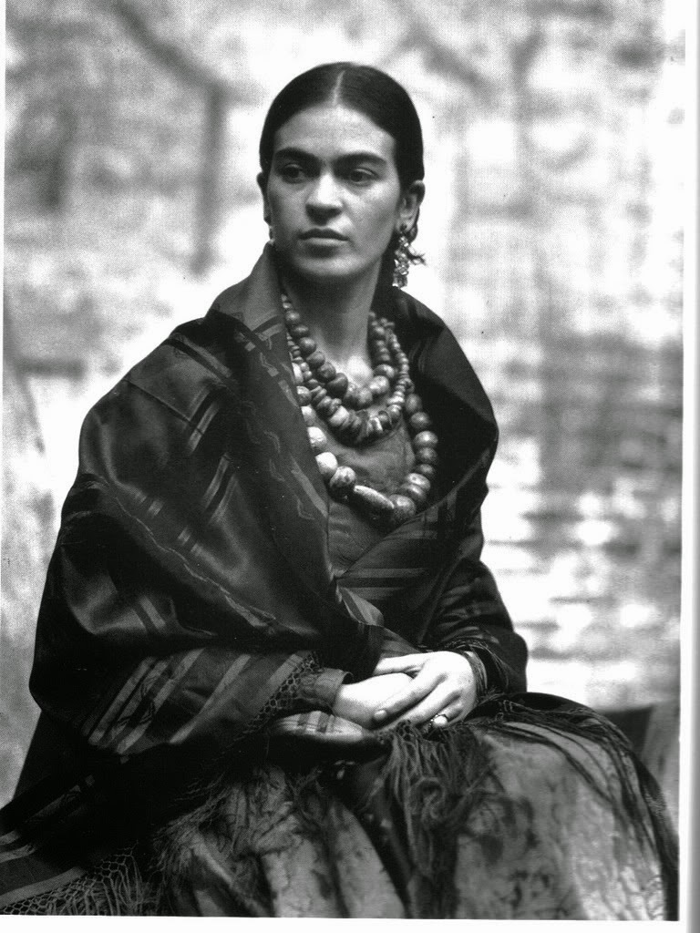 40 fascinating black and white portraits of frida kahlo from between the 1930s and 1940s. Black Bedroom Furniture Sets. Home Design Ideas