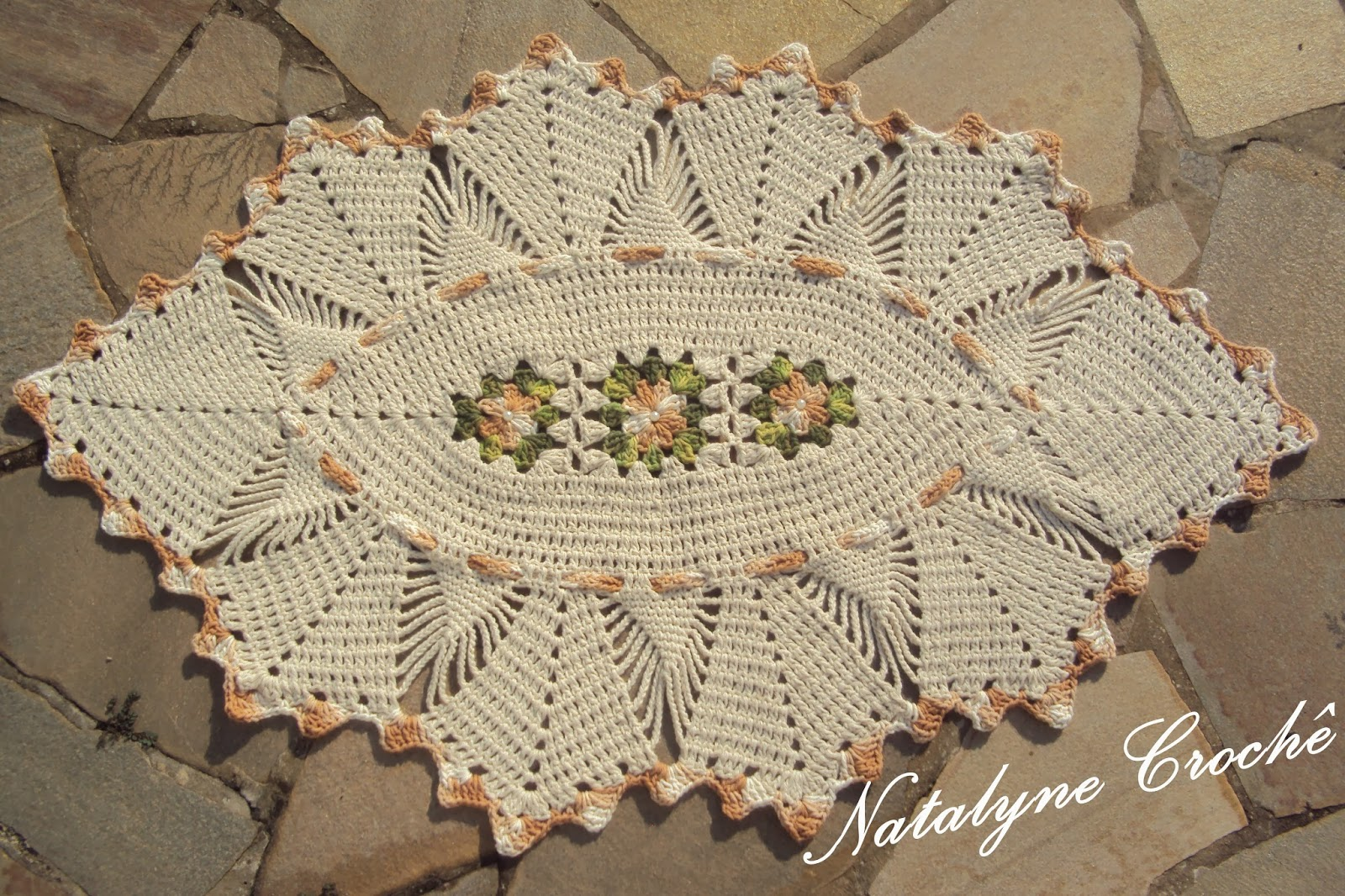 Tapete Oval De Cr ~ Natalyne Croch u00ea Tapete oval com flor rasteira