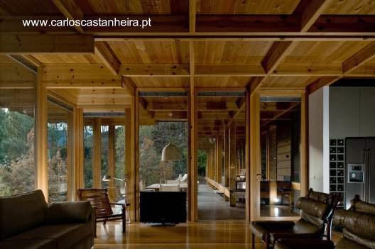 Interior de una moderna casa de madera en Portugal