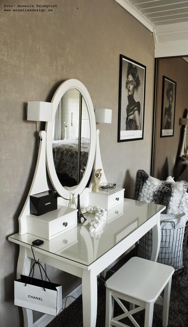 sminkbord, sovrum, vitt, ikea, korg med kuddar, heltäckningsmatta i sovrummet, grått, inrendingsblogg, blogg, inspiration,