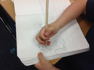 Kind schreibt in ein Heft