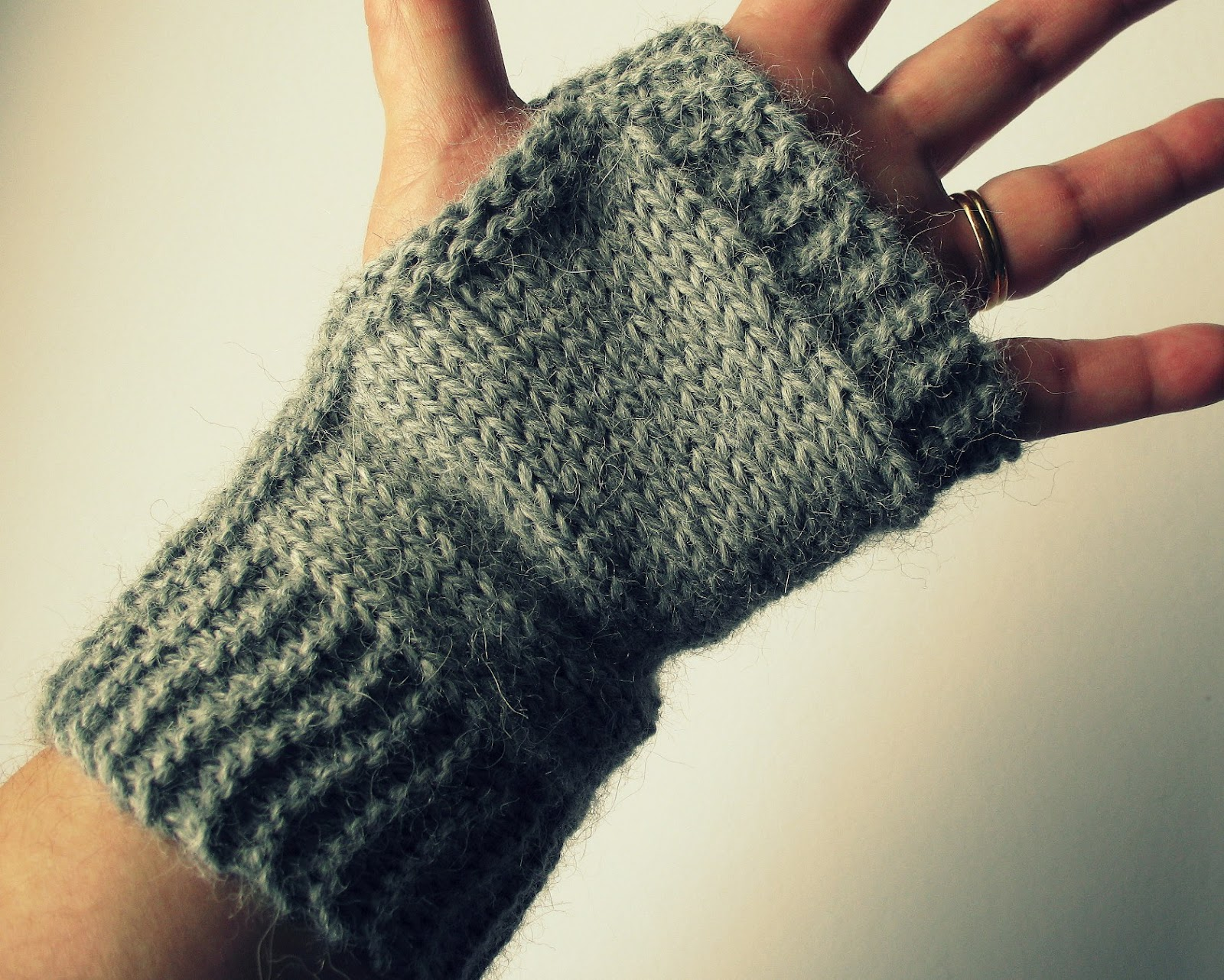 Knitting Pattern Easy Fingerless Gloves : eclectic me: Easy Fingerless Mitts....