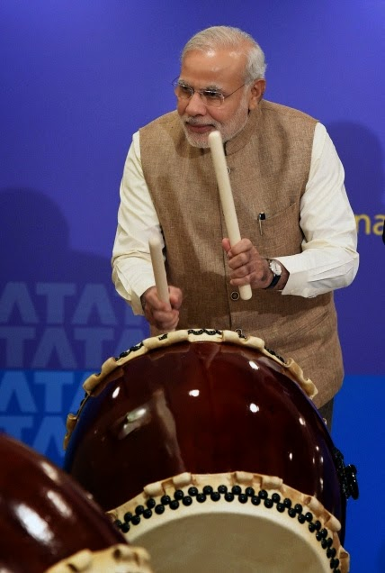http://www.frontline.in/multimedia/dynamic/02108/FL03MODI_AND_DRUM_2108703g.jpg