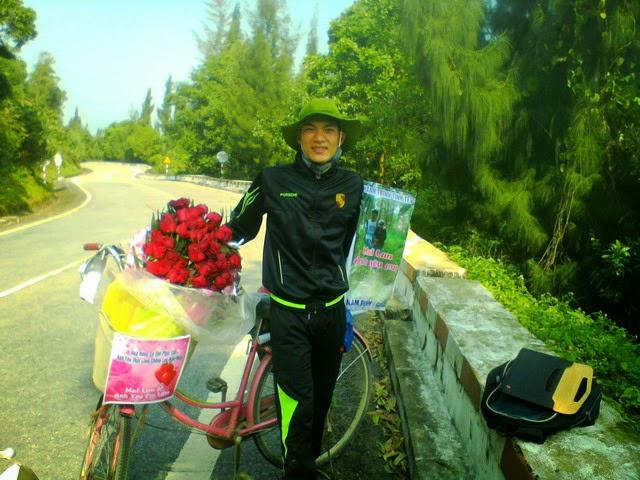 Đạp xe 1.071 Km từ Nam Định mang theo 99 đóa hồng vào thăm người yêu tại Gia Lai