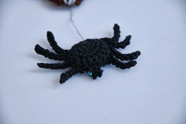 Web bunting and spider pattern and tutorial: image of small crochet spider