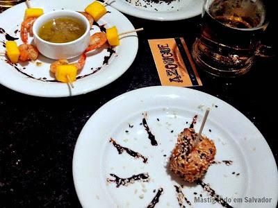 Azougue Espeteria Gourmet: Espetos de Camarão com Manga e de Salmão com Crosta de Gergelim