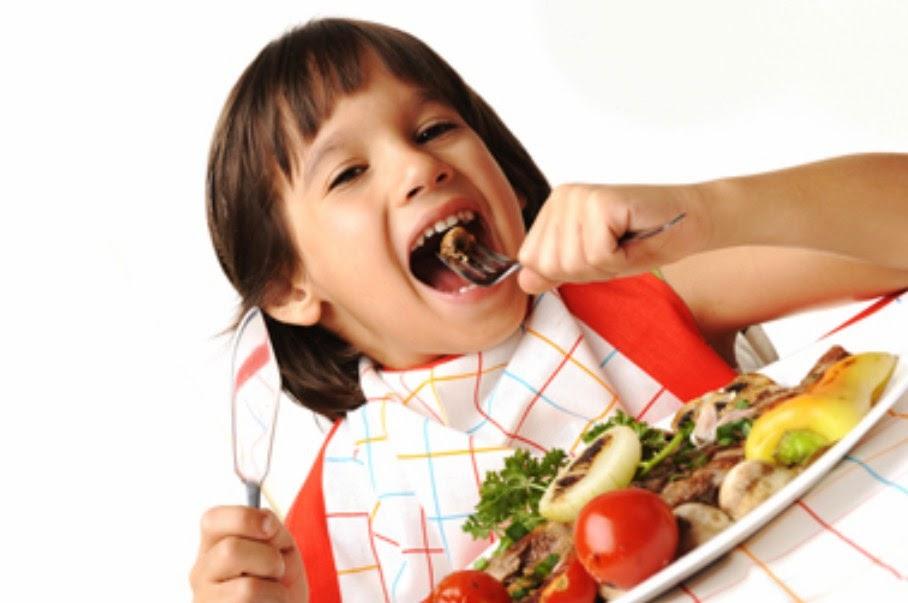 Gambar anak kecil makan sendiri