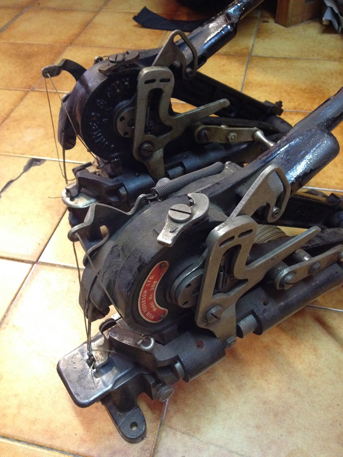 Ruh SD28 Dans l'atelier de votre cordonnier, trois machines à coudre principales lui  servent à faire pratiquement toutes les réparations nécessaires à la  longévité ...