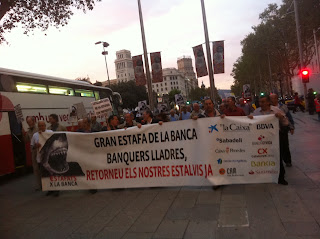 """""""Bankers are stealing our money"""", a group of citizens shout downtown #Barcelona"""