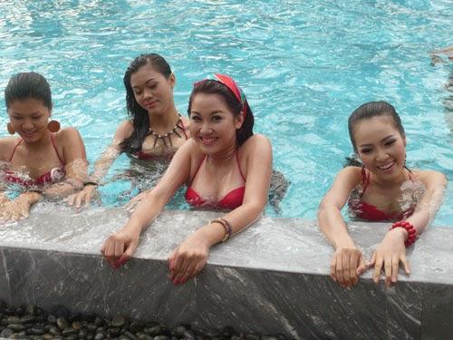 Hoa Hậu Việt Nam mặc bikini tỏa sắc bên bể bơi 8