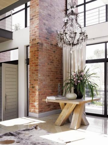 Widok na ścianę z cegieł i oryginalny drewniany stolik