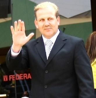 Alberto Tejada saludando con la mano