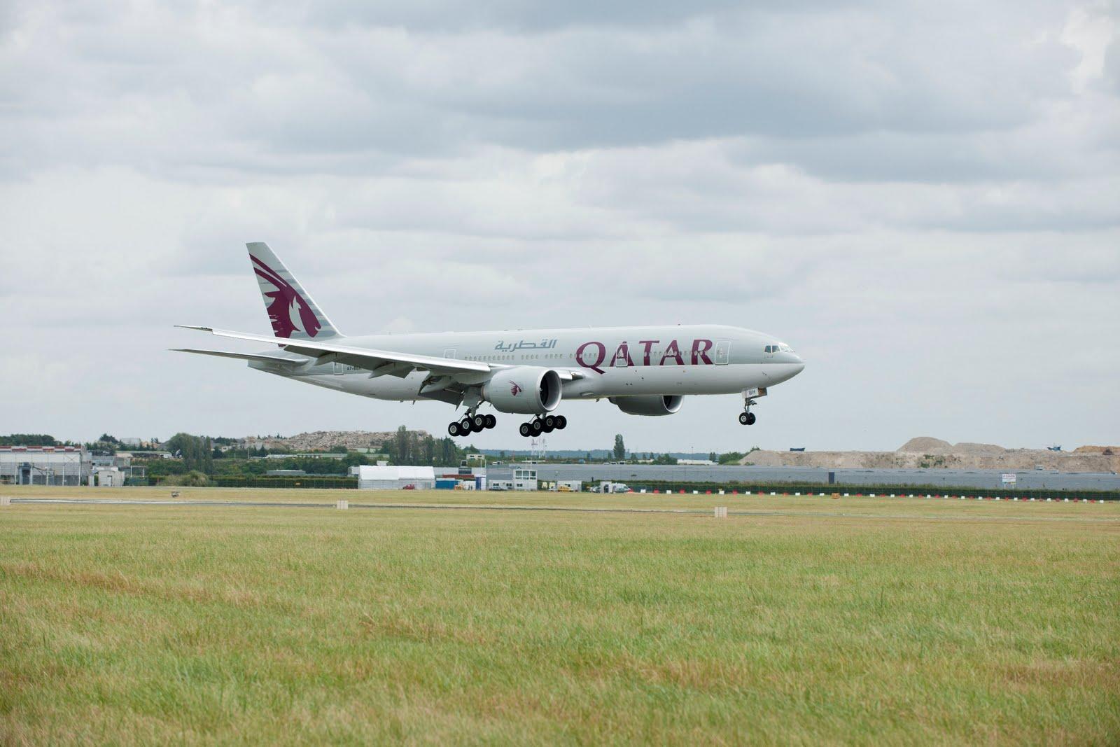 flyingphotos magazine news qatar airways boeing 777 200lr arrives at air show