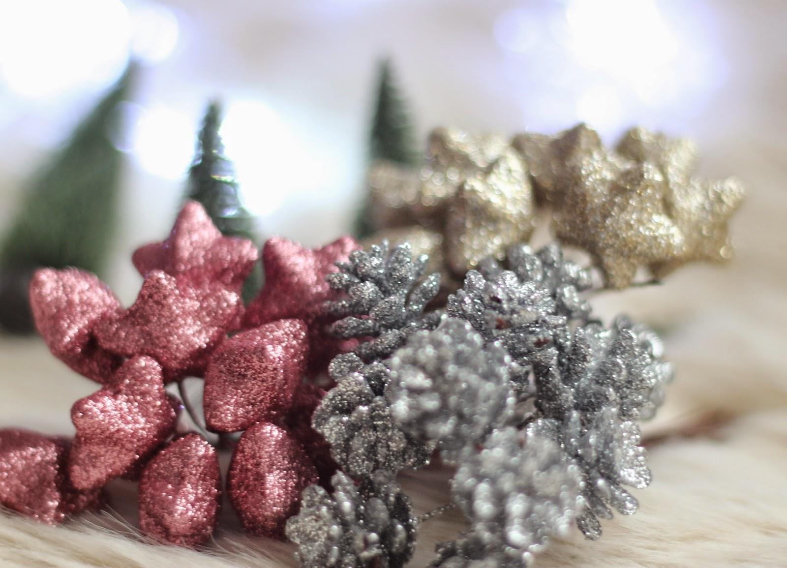deco-navidad-adornos-arbol-piñas-estrellas-arbolitos-Sostrene-Grene