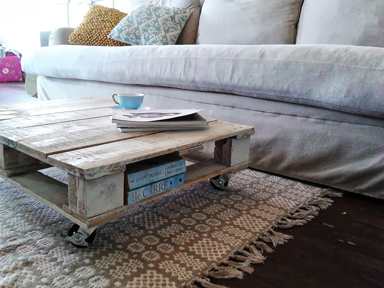 Chamomile peppermint diy up cycled pallet coffee table for Table en palette