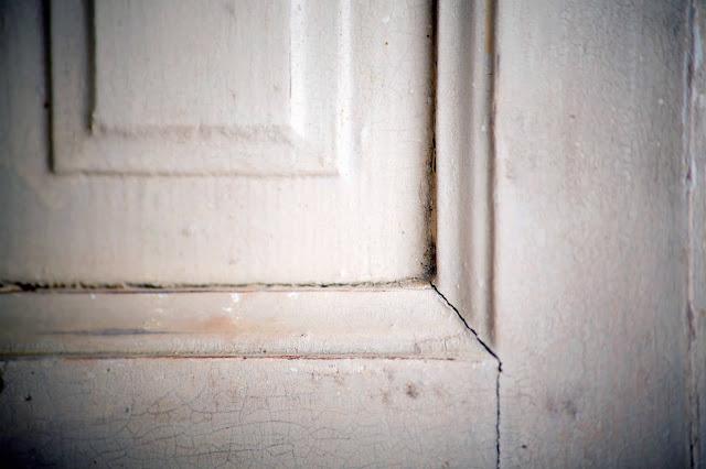 Fensterladen mit altem Lack