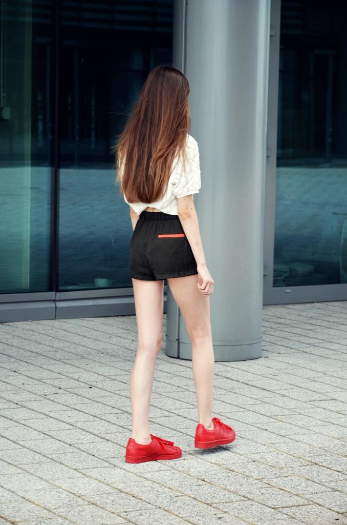 długie włosy i piękne nogi oraz adidas supercolor superstar czerwone