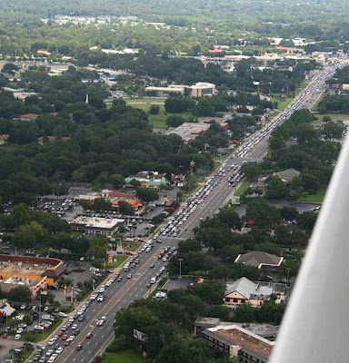 Filas de carros para entrar no Chik-Fil-A de Ocala, Florida
