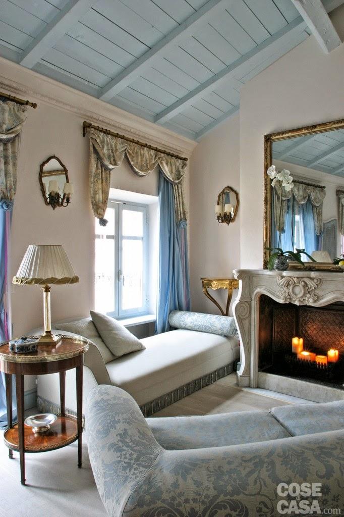 Keltainen talo rannalla romanttista ja klassista tunnelmaa for Soggiorno camino
