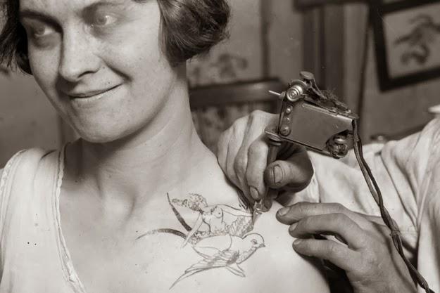 Mulher sendo tatuada em 1928