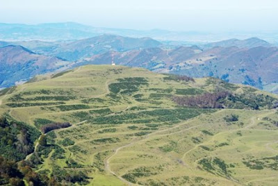 Aller, pico La Teyera, vista de la regeneración de la antigua explotación de Coto Bello