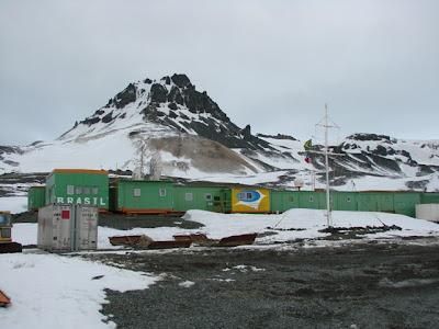 Homenagens aos militares mortos e investigações dominam dia na Antártica, diz embaixador