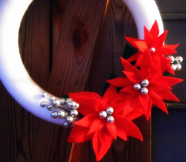 poinesttia christmas wreathe, christmas wreathe tutorial, felt flowers