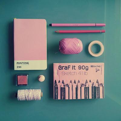 rosa dinge auf meinem schreibtisch