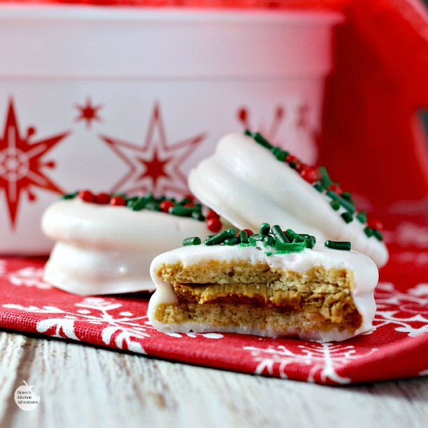 White Chocolate Covered Gingerbread OREOS | by Renee's Kitchen Adventures - Easy recipe for a quick sweet holiday treat perfect for enjoying or giving as a gift!