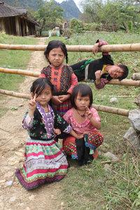 H'mong children in Lóng Luông village