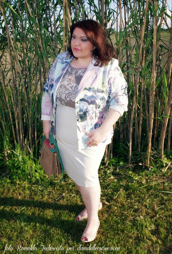 outfit plus size con tubino con macramé e blazer fantasia mina gamboni