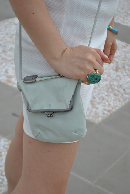 accessori menta accessori verde acqua borsa tracolla sissi rossi borsa postina outfit borsa a tracolla come abbinare la borsa tracolla green water bag how to wear green water bag white dress how to wear white dress abito bianco outfit bianco anello azzurro scapre sabot di pelle con tacco decorato outfit estivi outfit giugno colorblock by felym fashion blog italiani fashion blogger italiane legs gambe blog di moda summer outfit