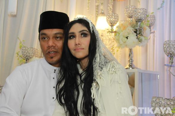 16 - Gambar Pernikahan Ella dan Azhar Ghazali