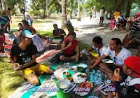 rame-rame makan siang di pulau tengah