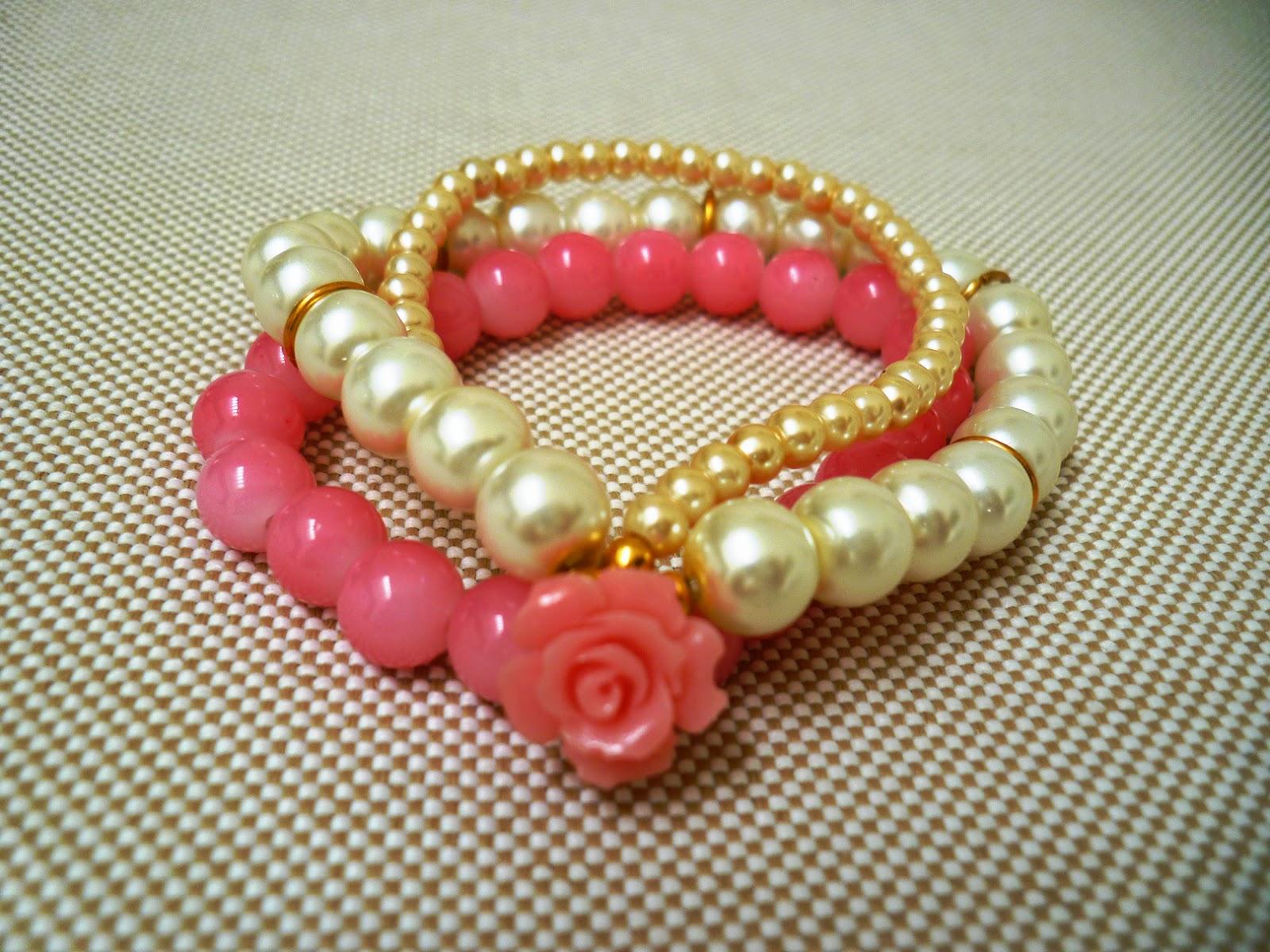 Pulsera triple de perlas con dije de rosa