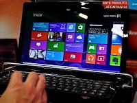 Consumidor manuseia laptop com Windows 8 em evento de lançamento na cidade de São Paulo.