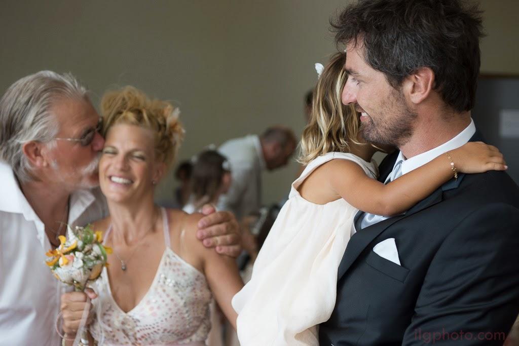 Le papa de la mariée l'embrasse sous le regard du marié