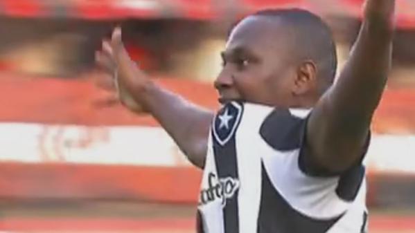 Com gol de Sassá aos 49', Botafogo vence e se isola na liderança