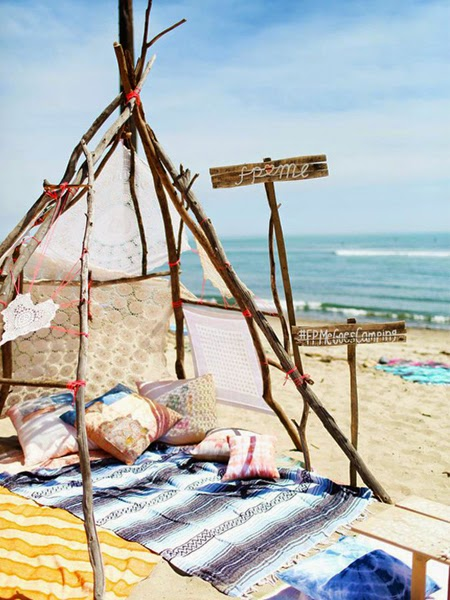 Nadmorski szałas z poduchami na plaży z widokiem na morze