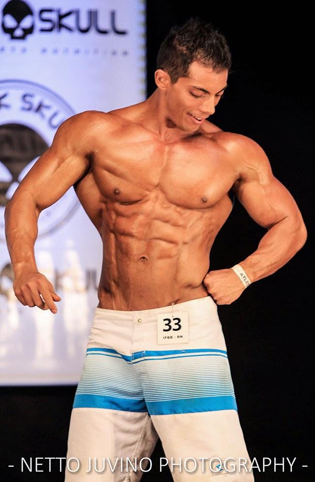 Com 76 kg, Gustavo Lucena se apresenta no palco do Campeonato Estreantes 2015 da IFBB-RN. Foto: Netto Juvino