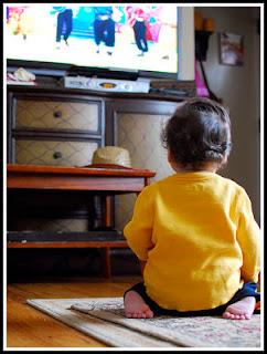 niño pequeño mirando la tele