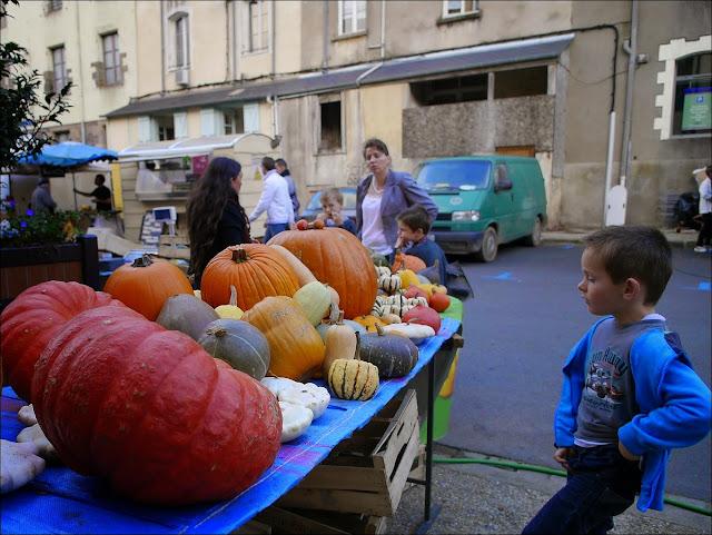 On admire les citrouilles sur le marché de la foire teillouse à Redon