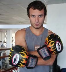 Jenko del Río con guantes de box