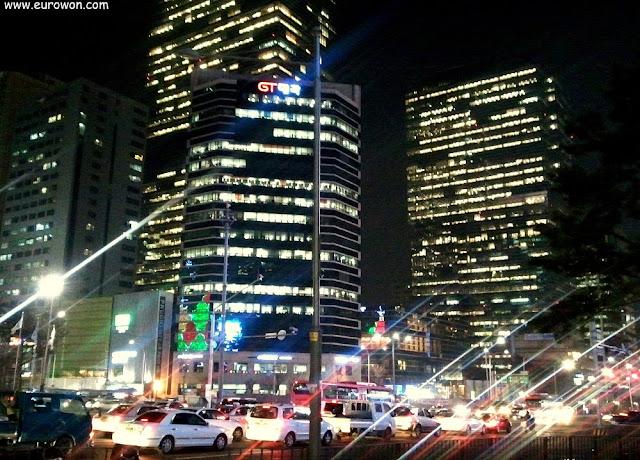Calle de Gangnam por la noche